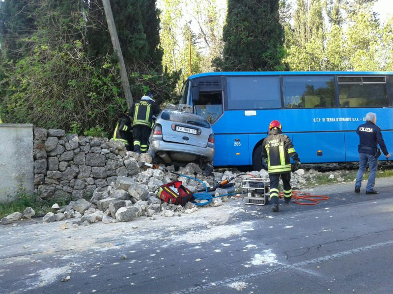 Scontro auto-pullman studenti in Salento''